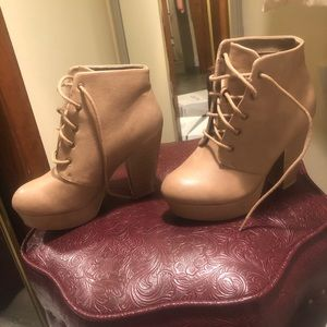 Charlotte Russe brandnew heeled boots. Size:6